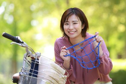 自転車用ネットを持つ女性