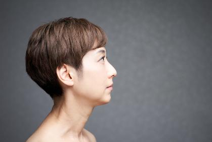 横を向く中年の日本人女性