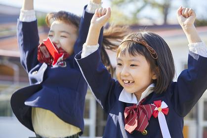 喜ぶ幼稚園児の女の子