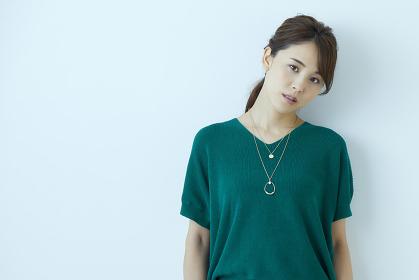 不機嫌な表情をする日本人女性