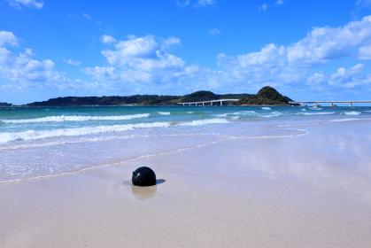 夏の角島 青い海と浜辺に打ち上げられたブイ