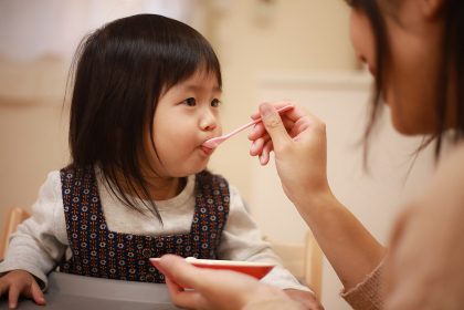 離乳食を食べる女の子