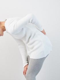 腰痛に悩むアジア人女性