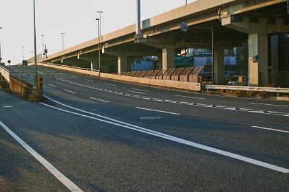 首都高速横羽線と同じ高さまで登る産業道路のスロープ