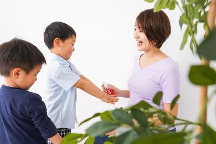 除菌スプレーを子どもにかけるお母さん