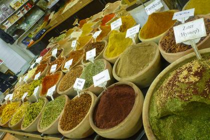 さまざまなスパイスを売っている香辛料専門店の露天