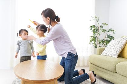 髪の毛をセットする子供とお母さん
