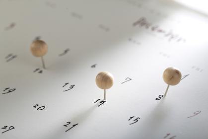 カレンダーと色々なカラフルなピン