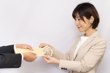 お給料を受け取る女性【2020】