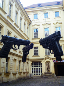 チェコ・プラハ市街地の美術館中庭にてモダンな銃のオブジェ