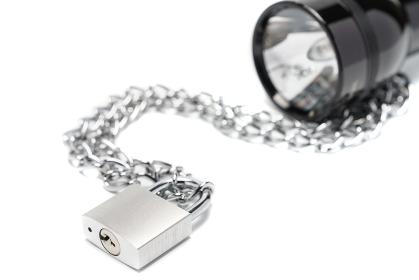 懐中電灯と鎖の付いた南京錠