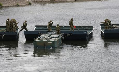 2014年実施の南海レスキューにて、92式浮橋を展開する自衛隊員