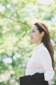 横を向く日本人女性