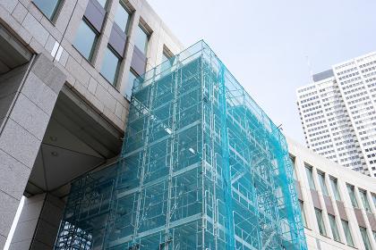 建物と足場(養生ネット)