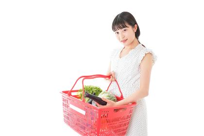 スーパー買い物をする若い女性