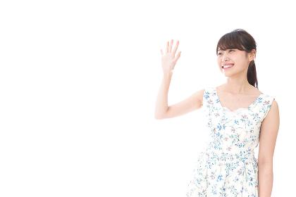 手を振る女性