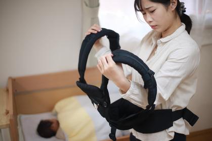 抱っこひもを着ける練習する母親