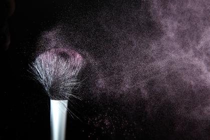 化粧筆と飛散るカラーパウダー