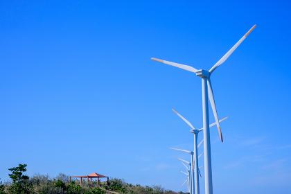 青空と風力発電 (福岡県)