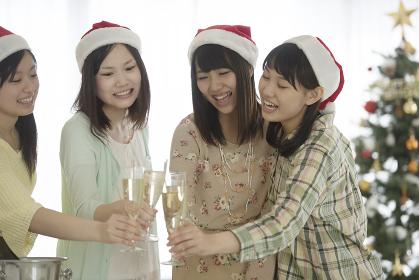 シャンパンで乾杯をする4人の女性