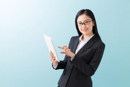 タブレットコンピューターを見る女性 ビジネス