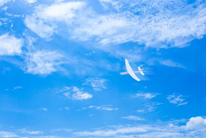 青空に紙飛行機