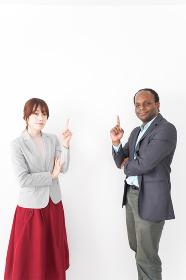 指を指す2人のビジネスパーソン