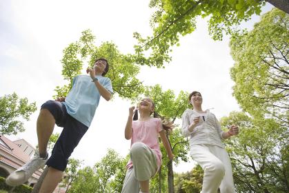 ジョギングをする家族3人