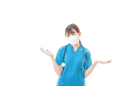 マスクを装着して悩む医師
