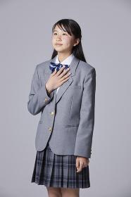 胸に手を当てる女子中学生