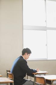 教室で勉強している男子高校生
