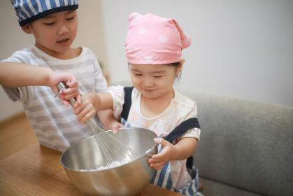 料理する子供たち