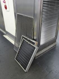 駅ホームのエアコンフィルターの交換