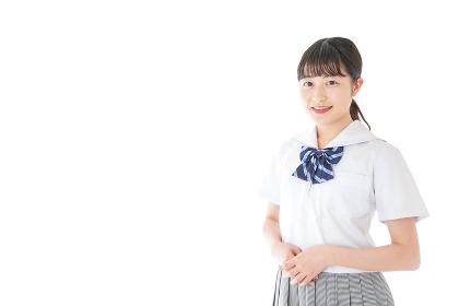 笑顔の若い制服姿の女子学生