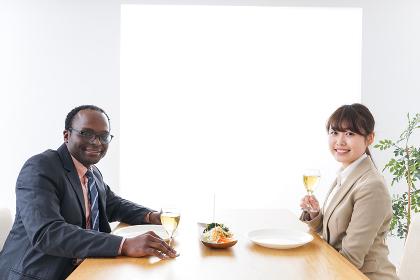 食事を楽しむビジネスパーソン