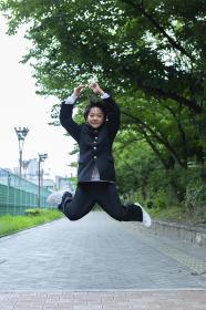 ジャンプする中学生