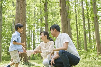 新緑と笑顔の家族