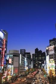 夜の西新宿の甲州街道