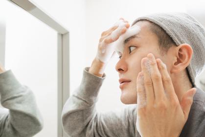 若い男性のスキンケアイメージ・洗顔する男性