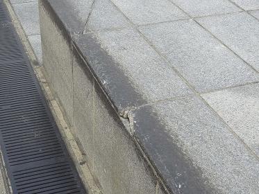 スケートボードで傷をつけられた公共施設