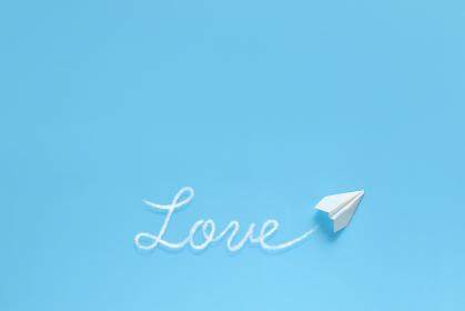 飛行機雲で文字を書く紙飛行機 3 love