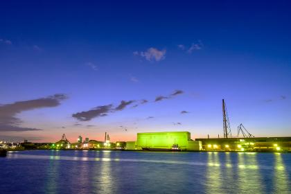 美しい夕焼け空と北九州工業地帯の工場
