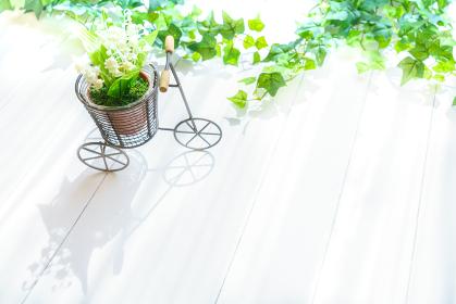 自転車の雑貨とスズランの造花