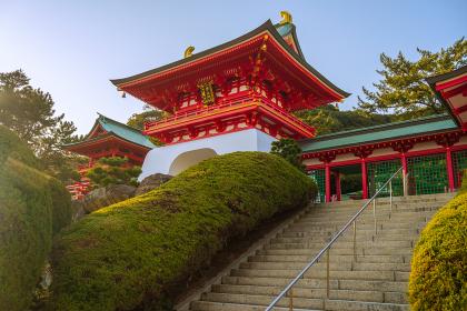 春の青空の赤間神宮