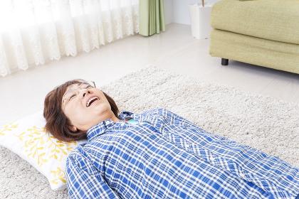 部屋で寝るおばあさん