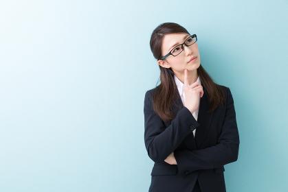 考える女性 ビジネス