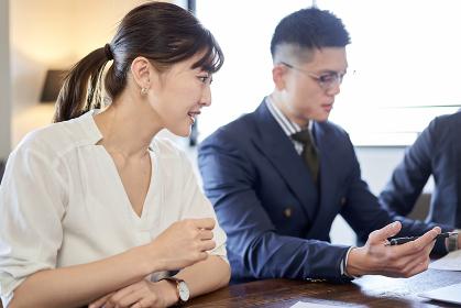 会議に参加する日本人女性ビジネスウーマン