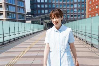 外を歩く看護師