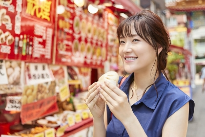中華街で食べ歩きをする日本人女性