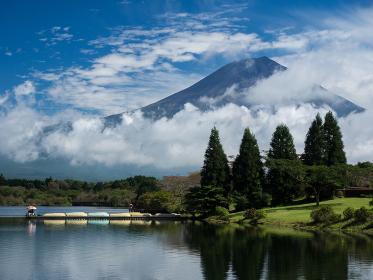 低い雲がたなびく田貫湖と富士山の風景 10月